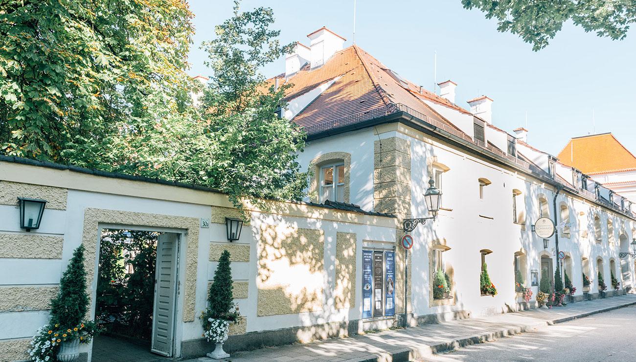 Eingang Biergarten der Schlosswirtschaft Schwaige, München